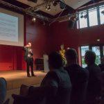 Prof. Puglisi und Publikum im Roten Saal der HS für Musik